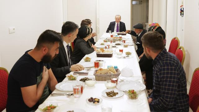 Erdoğan, Ankarada bir vatandaşın evinde iftar yaptı