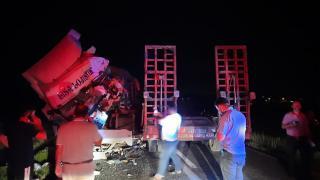 Diyarbakır'da iki tır çarpıştı: 1'i ağır 4 yaralı