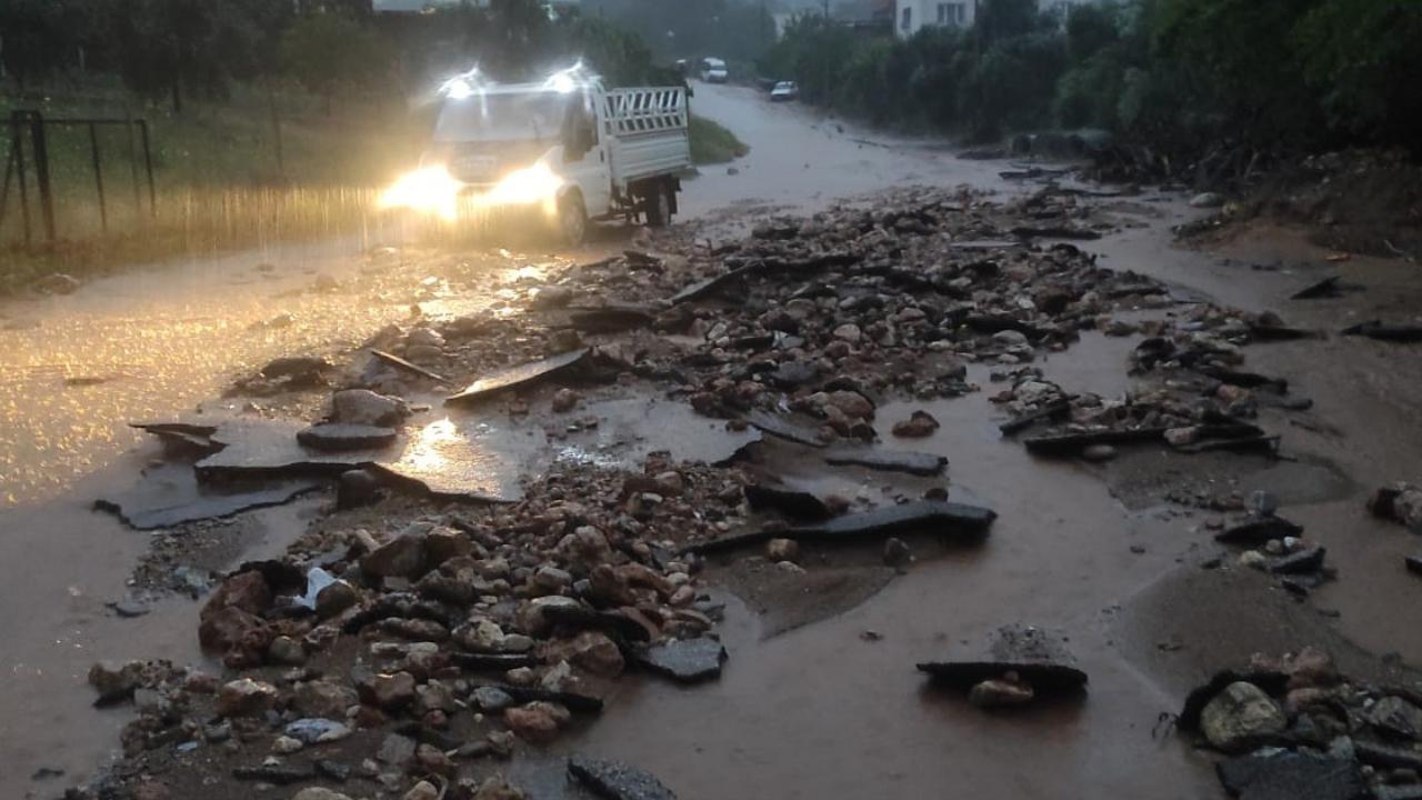 Sel vurdu, evler sular altında kaldı