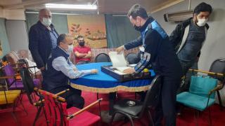 6 mekana kumar baskını: Polisi gören terasa kaçtı
