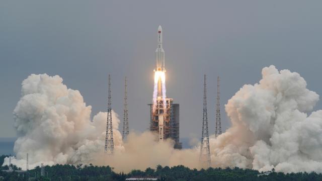 Çinin uzaya gönderdiği roketin gövdesi kontrolden çıktı