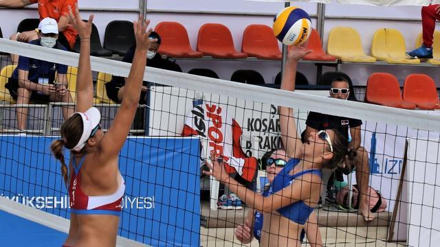 İzmirde plaj voleybolu heyecanı başladı