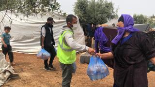 Afrin'deki savaş mağduru Suriyelilerin sofralarına her gün sıcak yemek ulaştırıyorlar