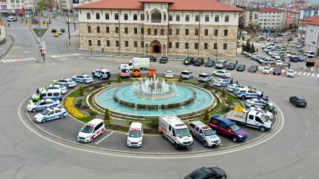 Sivasta kentin işlek caddelerindeki yaya geçitlerine trafik polisi maketleri yerleştirildi