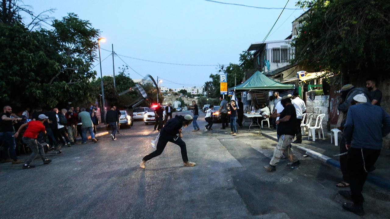 İftar yapan Filistinlilere taş ve şişelerle saldırdılar