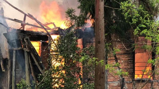 Rizede ahşap ev yangında zarar gördü