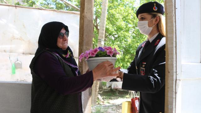 Erzurumda jandarmadan şehit annesine Anneler Günü sürprizi