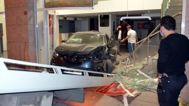 İki otomobil çarpıştı, biri bankaya girdi
