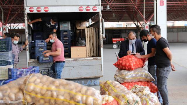 Burdur Valisi, pazarcının elinde kalan ürünleri satın aldı