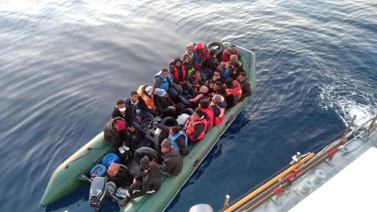 Lastik botları arızalanan 28 göçmen kurtarıldı