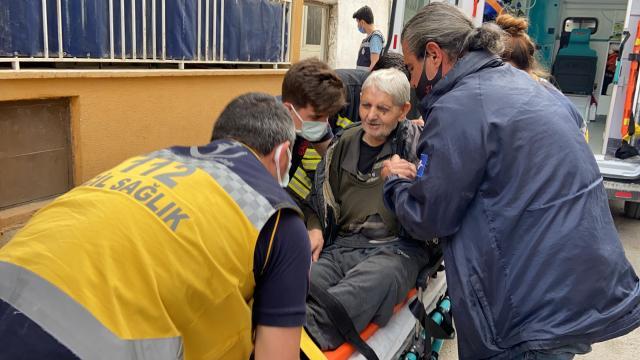 Edirnede evinde düşerek mahsur kalan yaşlı adamı itfaiye ve sağlık ekipleri kurtardı