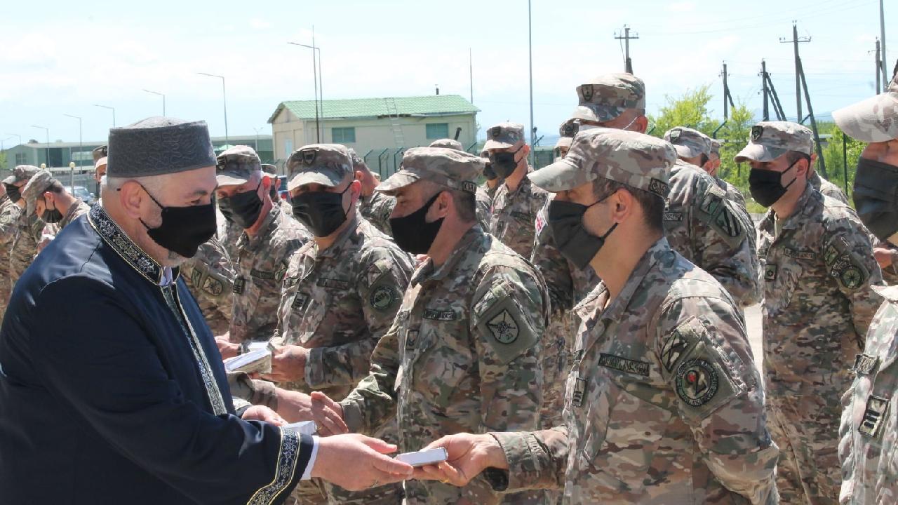 Gürcistan Müslüman askerlere Kur'an-ı Kerim hediye etti
