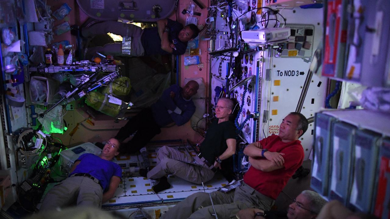 Astronotlardan uzayda film keyfi