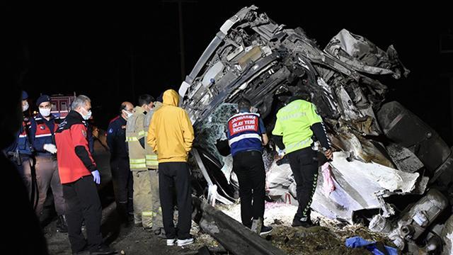 İzmirde tır kazası: 2 ölü