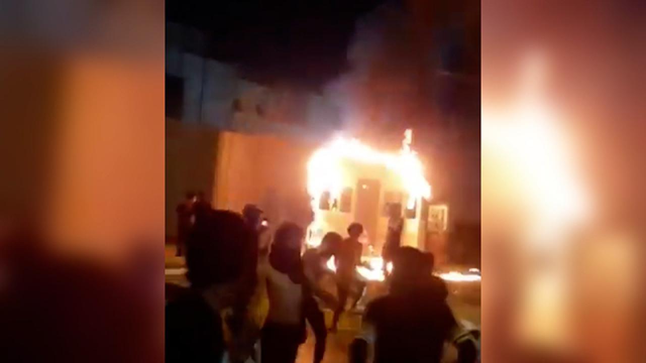 Protestocular Kerbela'daki İran konsolosluğu binasını ateşe verdi