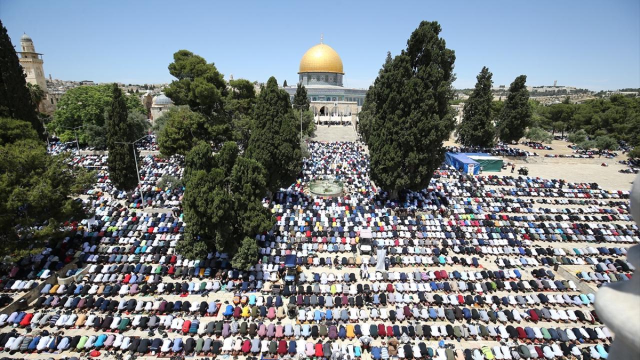 Mescid-i Aksa'da 70 bin kişiyle cuma namazı