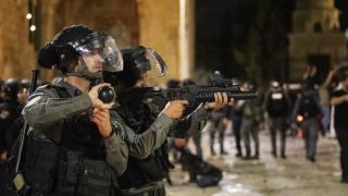 İsrail Mescid-i Aksa'daki sivillere saldırdı