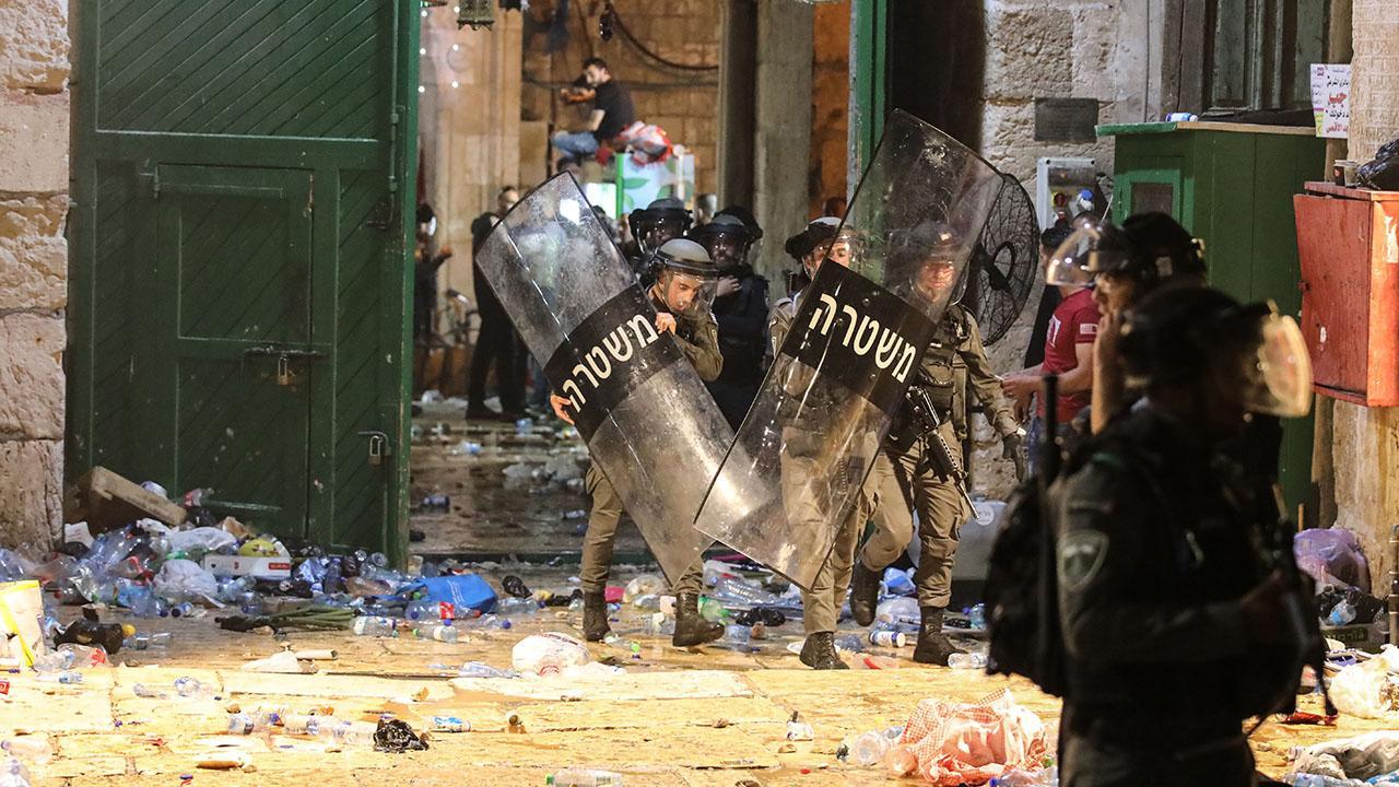 İsrail polisi Mescid-i Aksa'da cemaate saldırdı: En az 200 yaralı