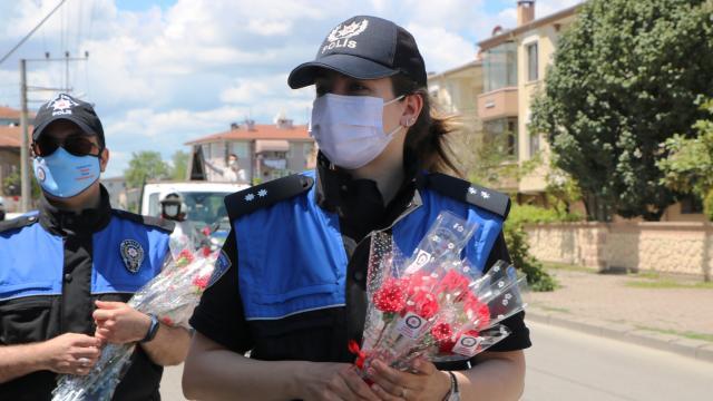 Polisler sokak sokak gezerek annelerin gününü kutladı