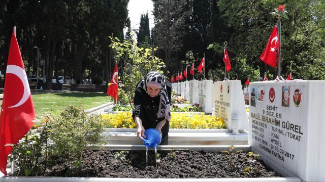"""Şehit anneleri """"Anneler Günü"""" öncesi evlatlarının mezarını ziyaret etti"""