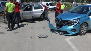 Adana'da 2 otomobil çarpıştı: 3 yaralı