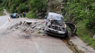 Giresun'da kamyonet yol kenarındaki beton kulübeye çarptı: 2 yaralı