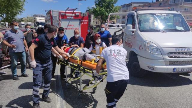 Orhangazide polis uygulama noktasında 2 araca çarpan otomobilin sürücüsü yaralandı