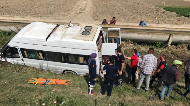 Mersinde tarım işçilerini taşıyan minibüs şarampole devrildi: 7 yaralı