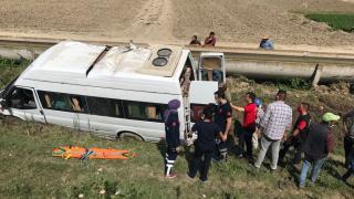 Mersin'de tarım işçilerini taşıyan minibüs şarampole devrildi: 7 yaralı
