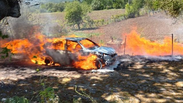 Ağaç artıkları için yaktığı ateş aracını küle çevirdi