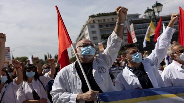 Yunanistanda işçi ve memurlar sokakta