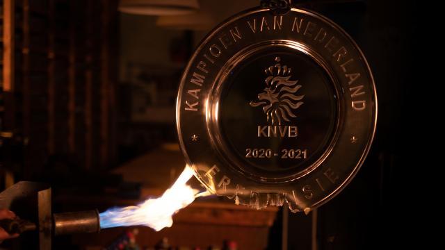 Ajax şampiyonluk kupasını eritip taraftarına gönderdi