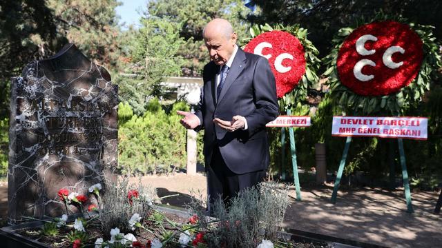 Bahçeli, Alparslan Türkeşin kabrini ziyaret etti