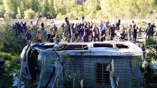 Bingöl'de yolcu minibüsü şarampole devrildi: 3'ü ağır 16 yaralı