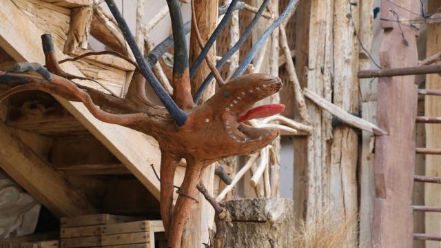 Ağaç kökü ve dallarından yaptığı baston ve figürleri evinde sergiliyor