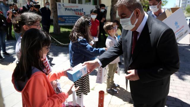 """Erzurumda evlerindeki çocuklara çikolata ve şekerlemeden oluşan """"arifelikler"""" dağıtıldı"""