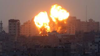 Gazze'ye hava saldırısı kamerada