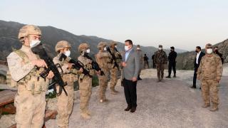 Hakkari Valisi Akbıyık üs bölgesinde askerlerle iftar yaptı