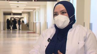 Koronavirüsü atlattı, salgınla ön cephede savaşmaya devam ediyor