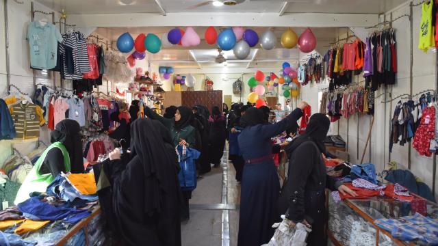İHH, Suriyede bayram öncesi kıyafet yardımıyla binlerce yetimin yüzünü güldürdü