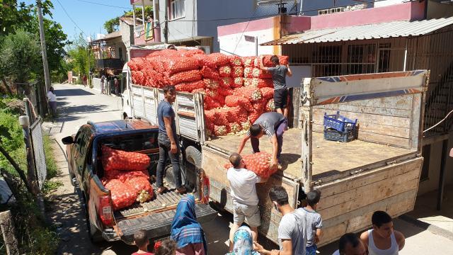 Osmaniyede hayırsever esnaf, vatandaşlara 100 ton patates ve soğan dağıttı