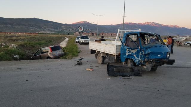 Erzincanda trafik kazası: 2 yaralı