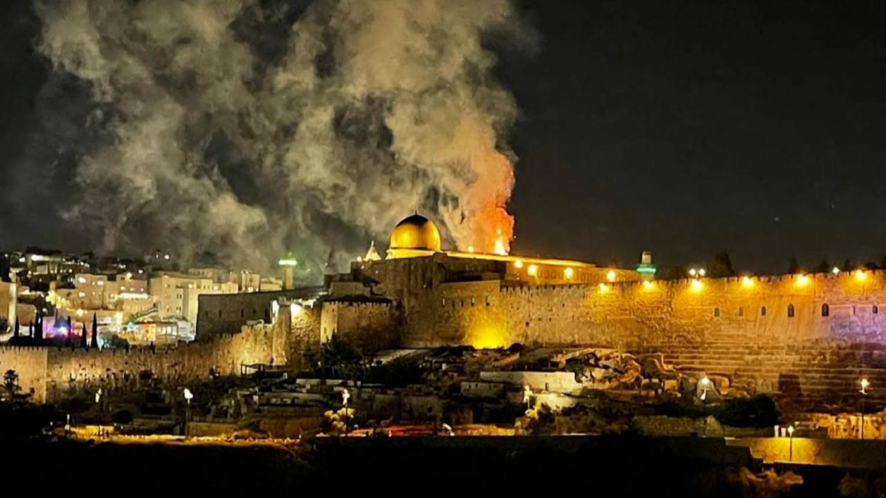 Teravih namazı sonrası saldırı anı TRT Haber'de