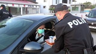 Polisler iftara yetişemeyen sürücülerle kumanyalarını paylaştı