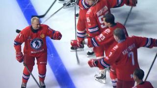 Vladimir Putin buz hokeyi için sahaya indi