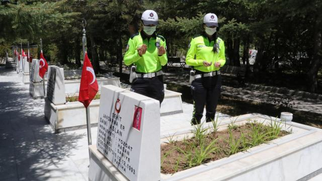 Sivas Yukarı Tekke Mezarlığı'nda bulunan Garnizon ve Polis Şehitliğine gitti