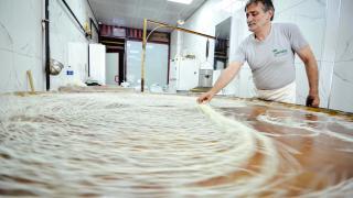 Konya'da geleneksel yöntemlerle üretilen tel kadayıf sofraları tatlandırıyor