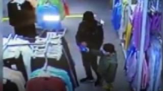 Çocuğun elinden cep telefonunu çaldı