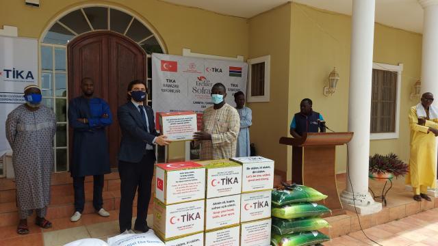 TİKA Gambiyadaki yatılı okul ve yetimhanelerde iftar verdi