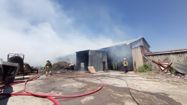 Silivride mangal kömürü üretilen iş yerinde çıkan yangın söndürüldü